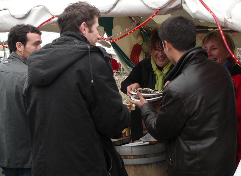Un moment de convivialité : dégustation d'huîtres et d'Entre-deux-Mers